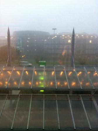 Leonardo Hotel Hannover Airport: Ausblick durch Fenster ☔✈
