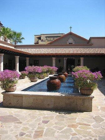 Pueblo Bonito Sunset Beach Golf & Spa Resort: Courtyard outside the spa
