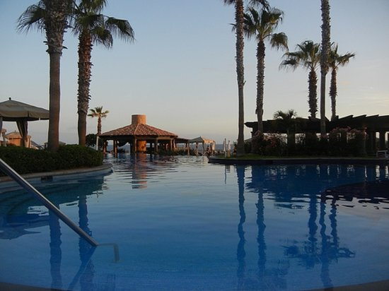 Pueblo Bonito Sunset Beach Golf & Spa Resort: Main pool at dusk