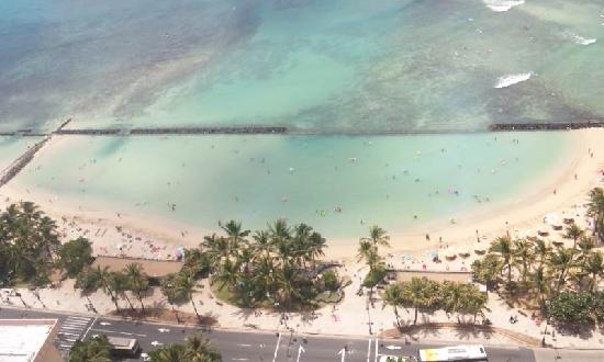 Aston Waikiki Beach Tower: 正面のビーチ