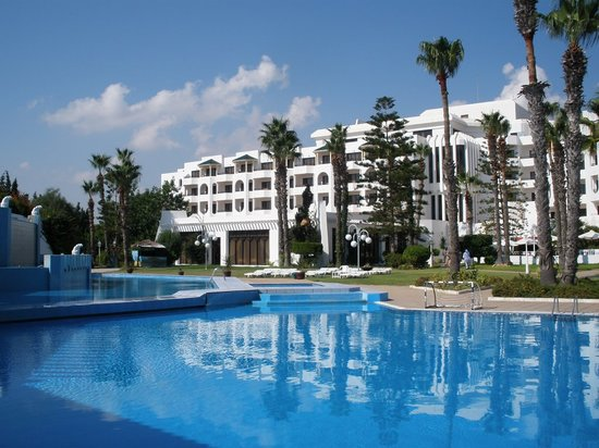 Orient Palace Hotel: Garden, swimming pool 50 meters from sea