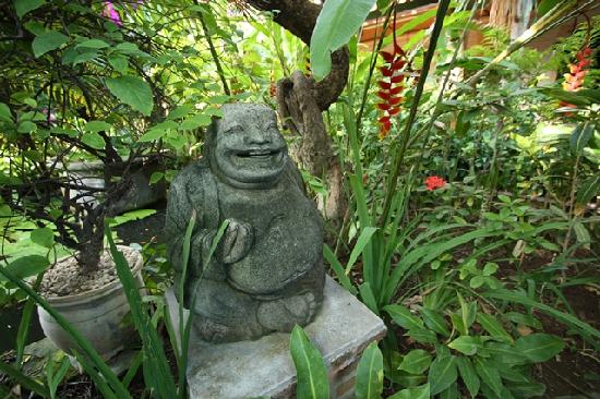 Fat Yogi Cottages: Fat Yogi statue at entrance