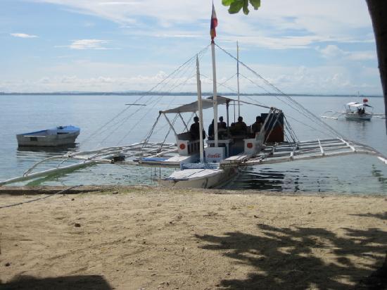 Tambuli Beach Club West Hotel: この船でプライベートビーチから直接出発