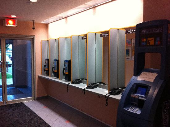 Embassy Suites by Hilton Montreal Airport: There weren't many cellphones in the 70's and 80's
