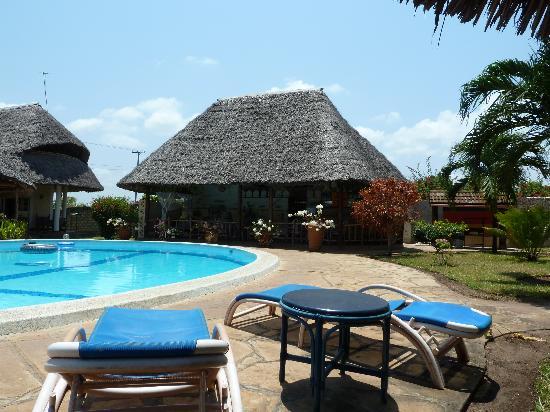 Diani Paradise Villas: Pool und Restaurantbereich