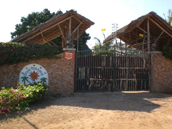 Diani Paradise Villas: Eingangstor von außen
