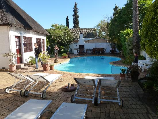 The Beautiful South Guest House: Innenhof mit Pool
