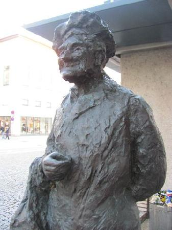 Alte Rathaus (Old Townhall): modern statue at the square