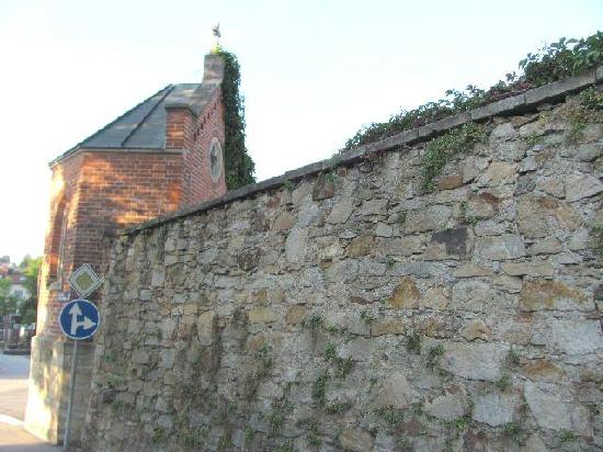 Friedhofe: one of the cemetery walls