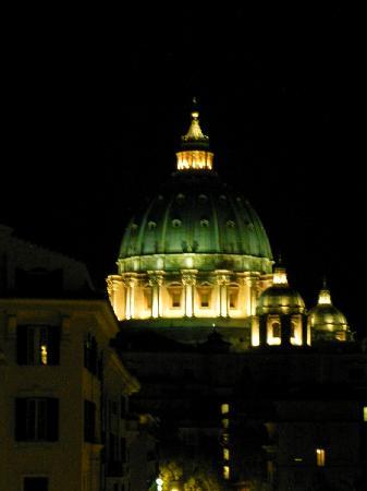 B&B A Casa di Nannali: A Casa di Nannali - View from Room - St. Peter's at night