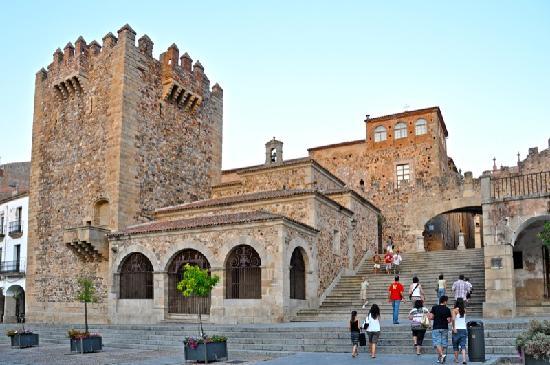 Old Town of Cáceres: Acceso desde la plaza de mayor con la torre de Bujaco
