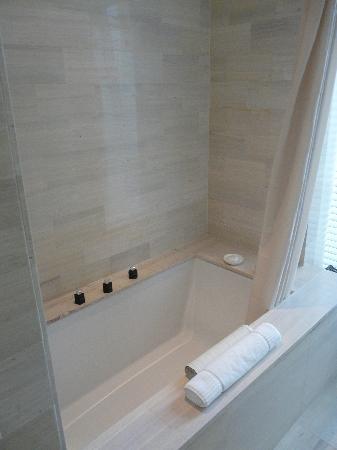 Langham Place, New York, Fifth Avenue: La salle de bains