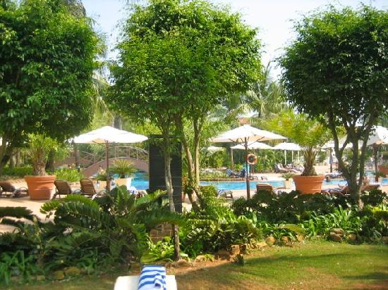 The Zuri White Sands Goa Resort & Casino: Hotel and garden