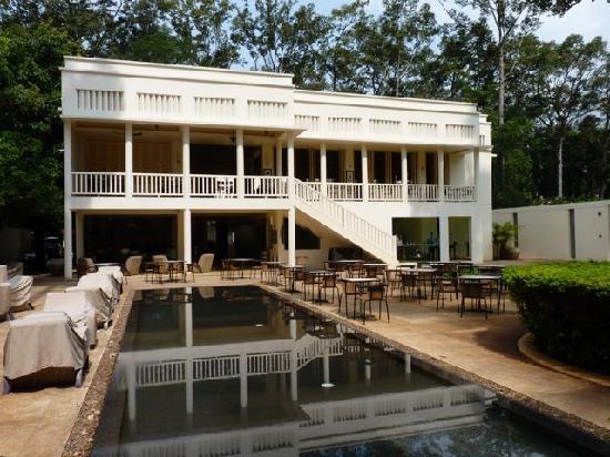 FCC Angkor: Restaurantgebäude von der Strassen- und Flussseite aus