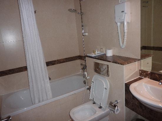 Legacy Hotel Apartments: s de b de la chambre