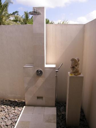 Villa Sabandari: outdoor shower