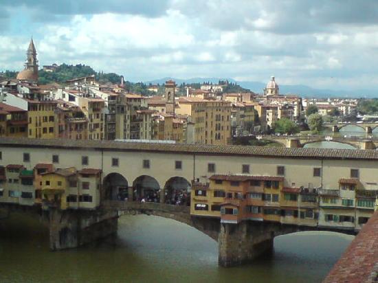 หอศิลป์อุฟฟิซิ: ponte vecchio from an uffizi window