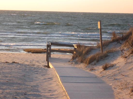 Brewster By The Sea : Skakel Beach across the road