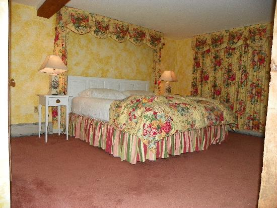 Inn at Sawmill Farm: Beautiful bedding