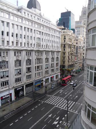 Regente Hotel: vista dalla mia camera alla mattina (la sera la gran via è piena di persone)