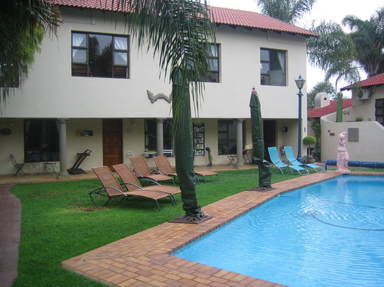 Ponciana Superior Guesthouse: View of the pool and guest rooms