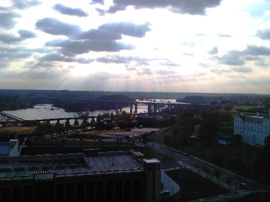 Delta Hotels by Marriott Richmond Downtown: View of the James River from my room at dusk