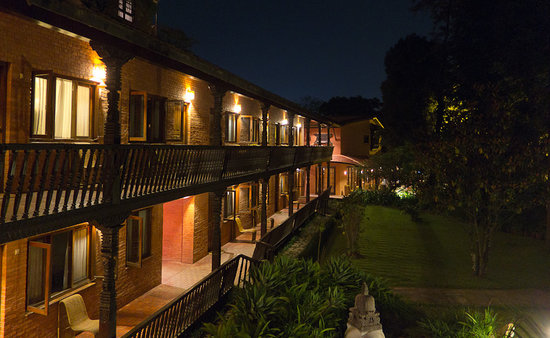 Summit Hotel: Garden wing rooms at night
