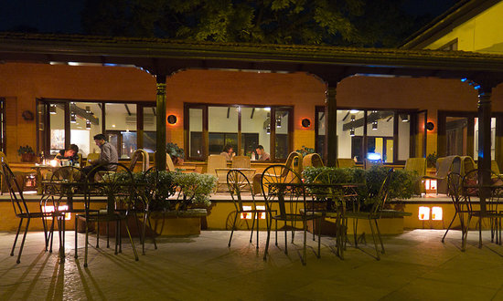 Summit Hotel: Rear patio at night