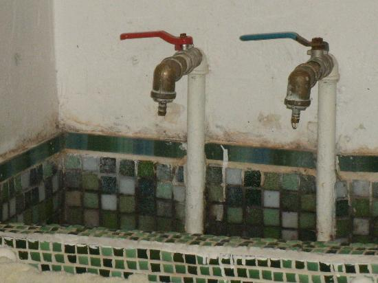 "Che Lulu Guesthouse: Cold water ""sink"" in room"