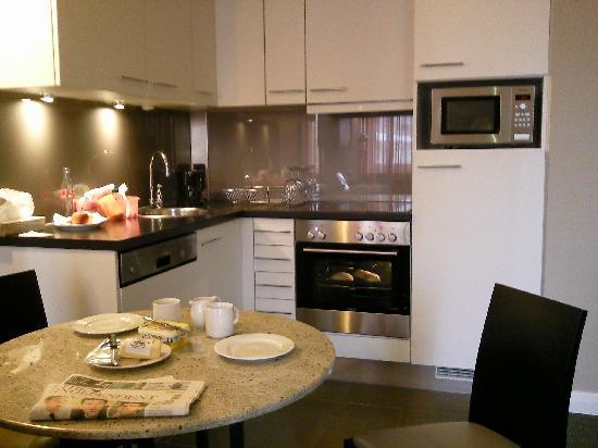 Adina Apartment Hotel Berlin Checkpoint Charlie : Kitchen/diner