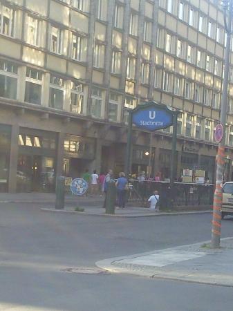 Adina Apartment Hotel Berlin Checkpoint Charlie: Local u-bahn
