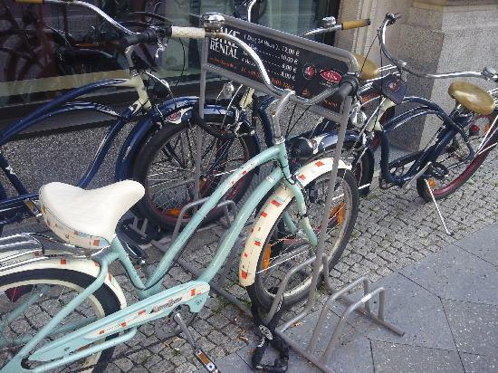 Adina Apartment Hotel Berlin Checkpoint Charlie: Hotel bikes to rent