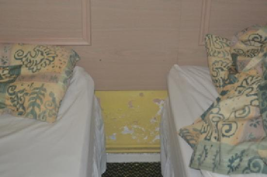 St. Ives Hotel: Peeling paint in the adjoining bedroom