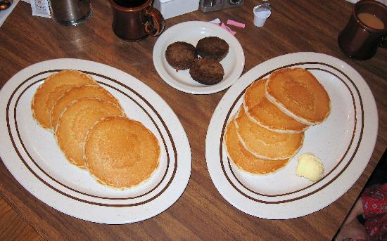 Wild Bear Inn: Free pancakes...Sausage was extra.