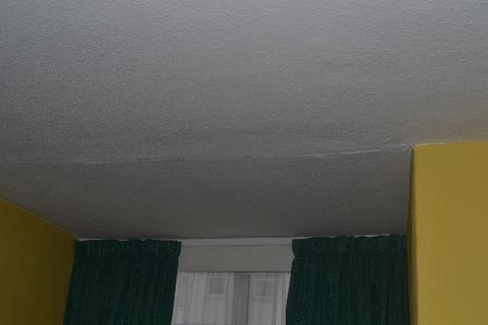St. Ives Hotel: Paint peeling on the ceiling