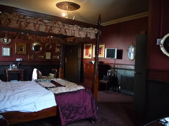 The Retreat Castle Rooms: our great room