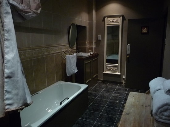 The Retreat Castle Rooms: our bathroom