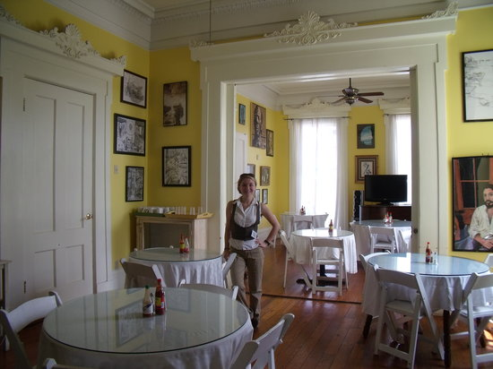 Creole Gardens Guesthouse Bed & Breakfast: Miss Julia Fairchild, site manager in breakfast parlor