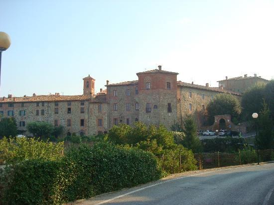 Il Fontanaro: Paciano's walled city, a short walk from Fontanaro