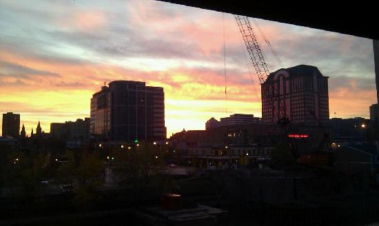 Aloft Milwaukee Downtown: Sunrise from our river view room