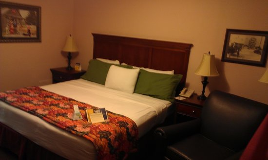 Best Western Route 66 Rail Haven: Queen size bed in Jacuzzi room