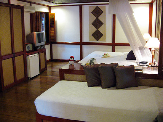 Fridays Boracay Resort: Large main bed with two smaller beds.