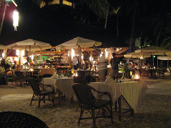 Fridays Boracay Resort: Great outdoor dining right on the beach.