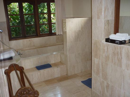Alam Shanti: spacious bathroom