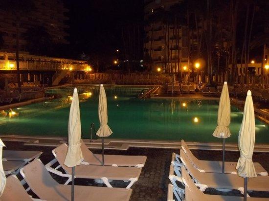 Hotel Servatur Waikiki: Pool at night.