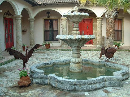 Escondida Resort: Hacienda courtyard