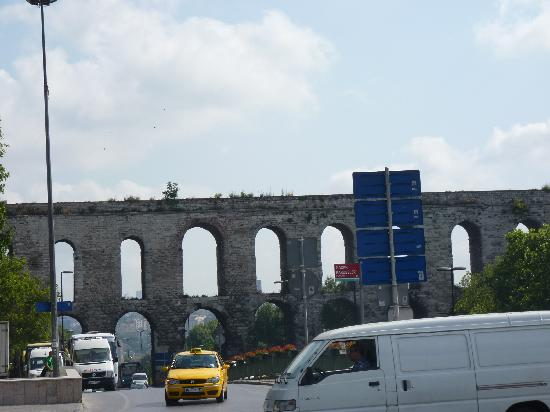 Ersu Hotel: Roman aquaduct