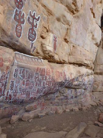 Bandiagara Cliffs (Dogon Country): ancient paintings with regular maintenance