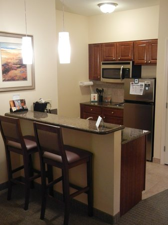 Staybridge Suites Lafayette-Airport: Kitchen and bar
