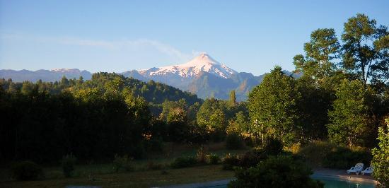 Hotel Salto del Carileufu: Vista al Volcan Villarica desde la habitacion